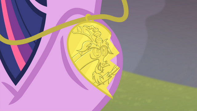 File:Twilight with Discord half necklace S04E11.png