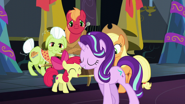 File:Starlight sings and walks by the Apple family S6E8.png