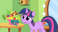 Twilight struggling to keep a secret S1E20