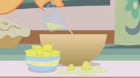 Applejack pouring lemon juice S1E04