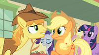 Applejack startled by Braeburn S01E21