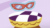 Rarity's glasses get levitated S6E9
