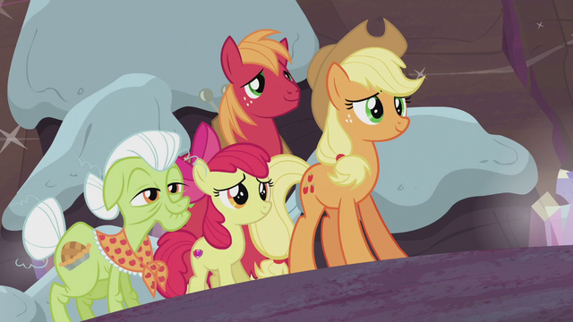 File:Apple family arrive to help the Pies S5E20.png