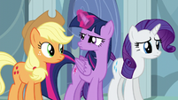 Twilight looking at Applejack S5E5