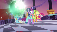 Disco ball bounces past Twilight and friends S5E7