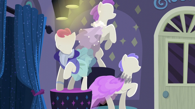 File:Mannequins on display in Rarity For You S6E9.png
