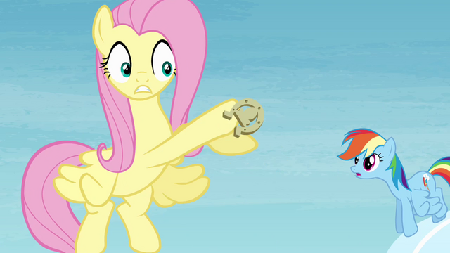 File:Fluttershy loses hold of the horseshoe S4E10.png