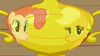 Pinkie Pie joins Applejack 1 S1E4