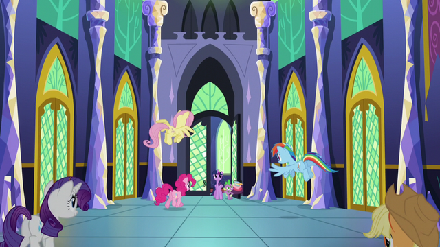 File:Twilight's friends welcome Twilight home S5E03.png