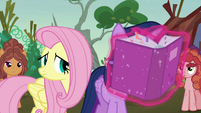 Twilight reads the solution portfolio closely S5E23