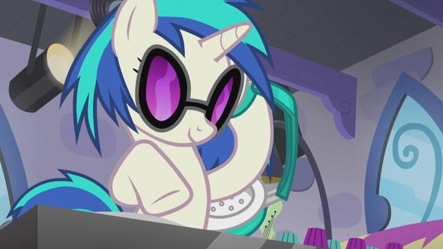 File:DJ Pon-3 gauging Octavia's reaction S5E9.png