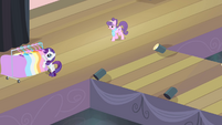 Suri approaching Rarity S4E08
