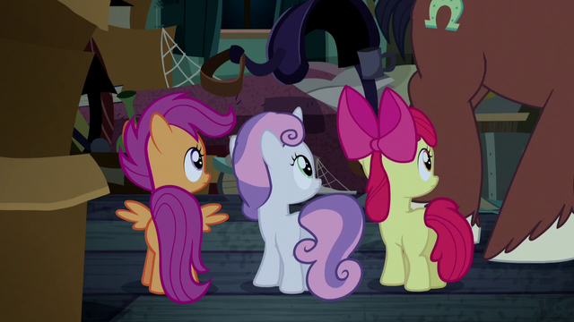 File:Trouble Shoes walking past Crusaders S5E6.png