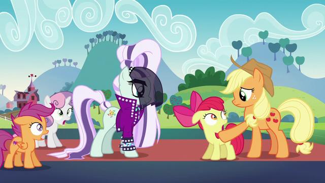 File:Applejack waves her hoof in Apple Bloom's face S5E24.png