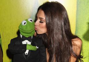 TheMuppets-UK-Premiere-Kiss-Kermit&GeorgiaSalpa