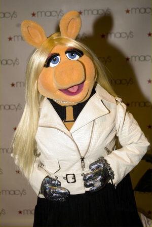 MissPiggy-Macy'sGlamorama2009