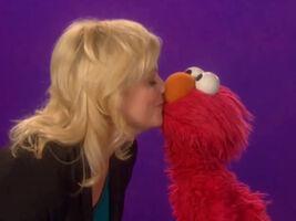 Kiss amy poehler elmo