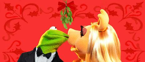 Mistletoe kiss kermit and piggy