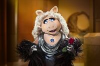 AroundTheMall-Muppets-MissPiggy-HopeDiamond