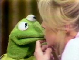Kiss Kermit Goldie Hawn