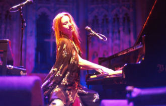 File:Tori amos piano 330x210.jpg