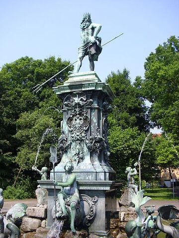 File:Neptunbrunnen Stadtpark Nürnberg Juni 2010 11.jpg