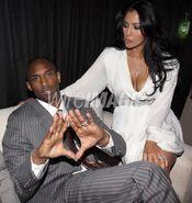 Vanessa Bryant look at her husband Kobe Bryant makes at triangle sign