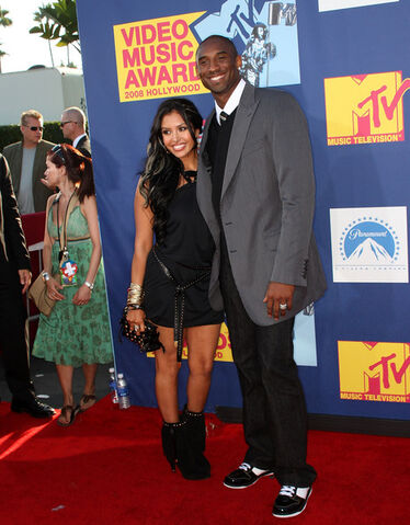 File:Vanessa and her husband Kobe poses at the video music awards.jpg