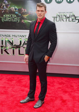 File:Movies-tmnt-premiere-alan-ritchson.jpg