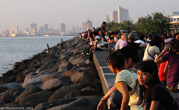 File:Baywalk-manila-crowds-saturday.jpg