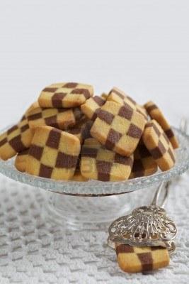 File:8333744-biscuits-en-damier-avec-un-gateau-tong-disposees-sur-un-support-de-gateau-personne-n-39-est-visible-.jpg
