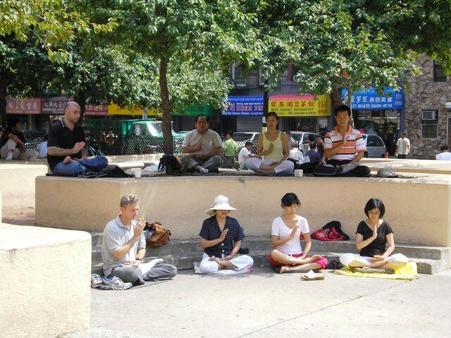 File:FalunGongChinatownNYC.JPG