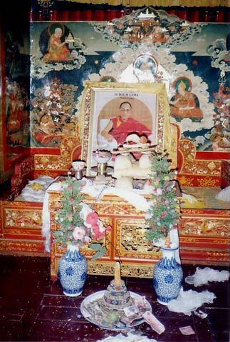 File:Throne awaiting Dalai Lama's return. Summer residence Nechung. 1993.JPG