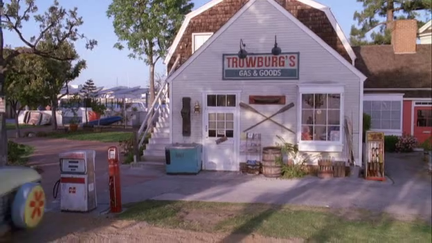 File:Trowburg's Gas & Goods.png