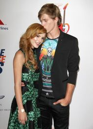 Bella-thorne-kiss-to-the-forehead-by-boyfriend-tristan-klier