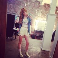 Bella-thorne-Taking-pic-of-self