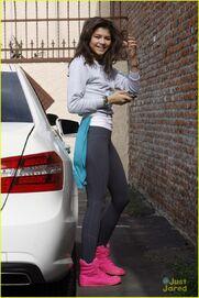 Zendaya-coleman-in-car-park-on-phone-kool-pink-shoes
