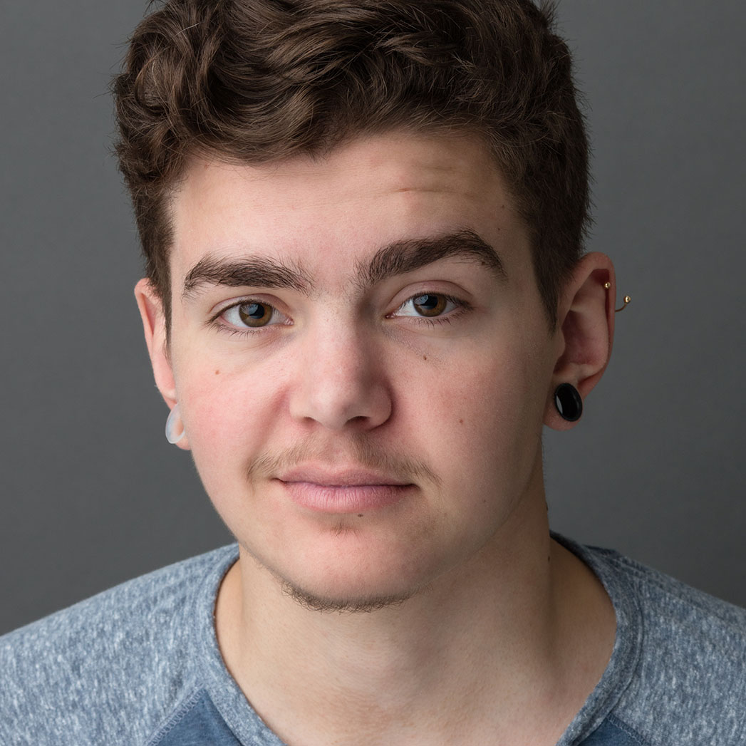 The 21-year old son of father John DeMita and mother Julia Fletcher, 170 cm tall Elliot Fletcher in 2017 photo