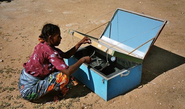 File:Kochen mit Solarkocher1.jpg