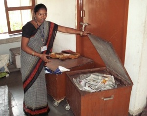 File:Barli Institute student demonstrates heat retention cooking box.jpg .jpg