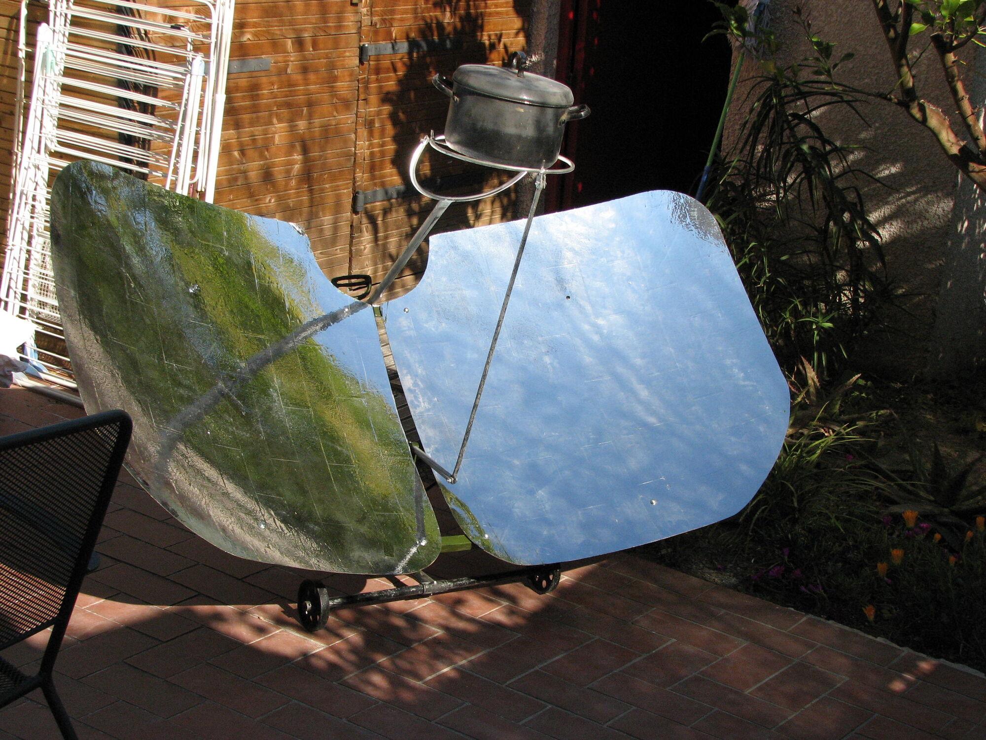 Four solaire parabolique papillon solar cooking for Miroir solaire parabolique