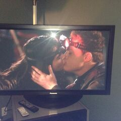Bay and Emmett kiss in 3x04