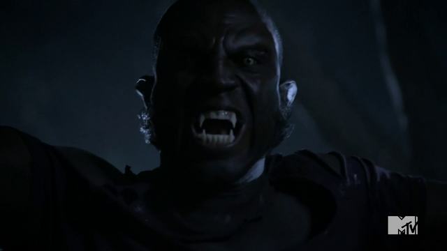 Datei:Teen Wolf Season 3 Episode 3 Fireflies Sinqua Walls Vernon Boyd werewolf face.png