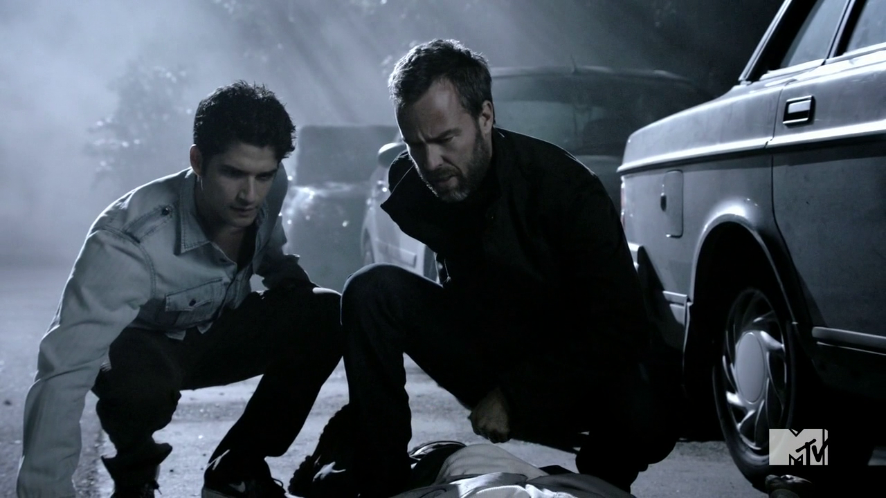 Datei:Teen Wolf Season 4 Episode 5 IED Scott and Chris investigate Demarco.png