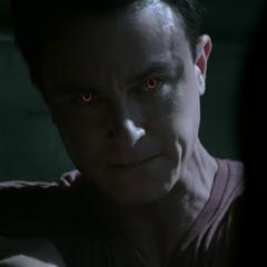 Parrish's orange leuchtende Augen.