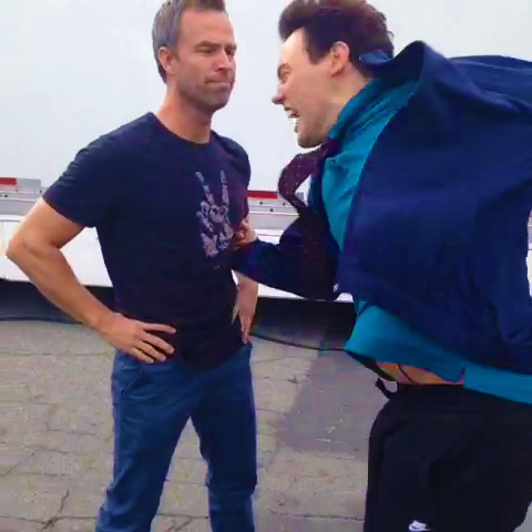 Datei:Teen Wolf Season 3 Behind the Scenes Orny Adams punches JR Bourne.png