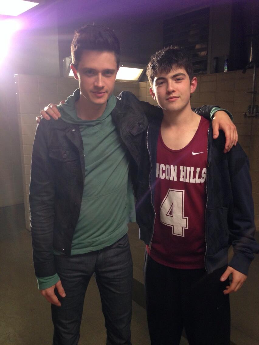 Datei:Teen Wolf Season 4 Behind the Scenes Michael Fjordbak and Ian Nelson undated image.jpg