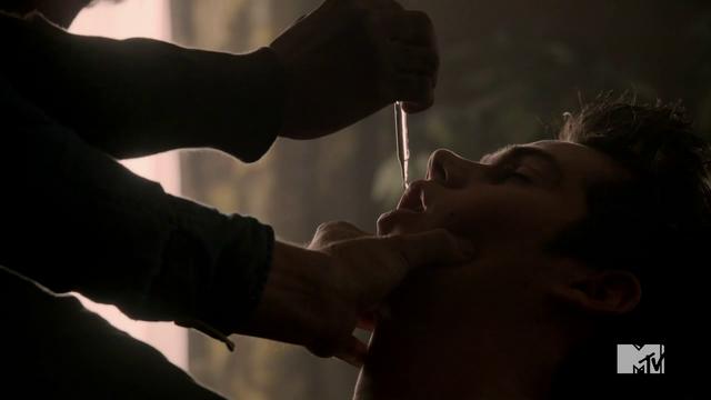 Datei:Teen Wolf Season 3 Episode 22 De Void Stiles gets Kanima Venom.png