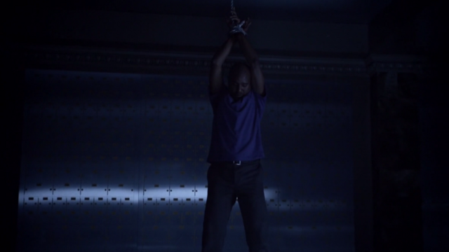 Datei:Teen Wolf Season 3 Episode 7 Currents Seth Gilliam Deaton hanging.png