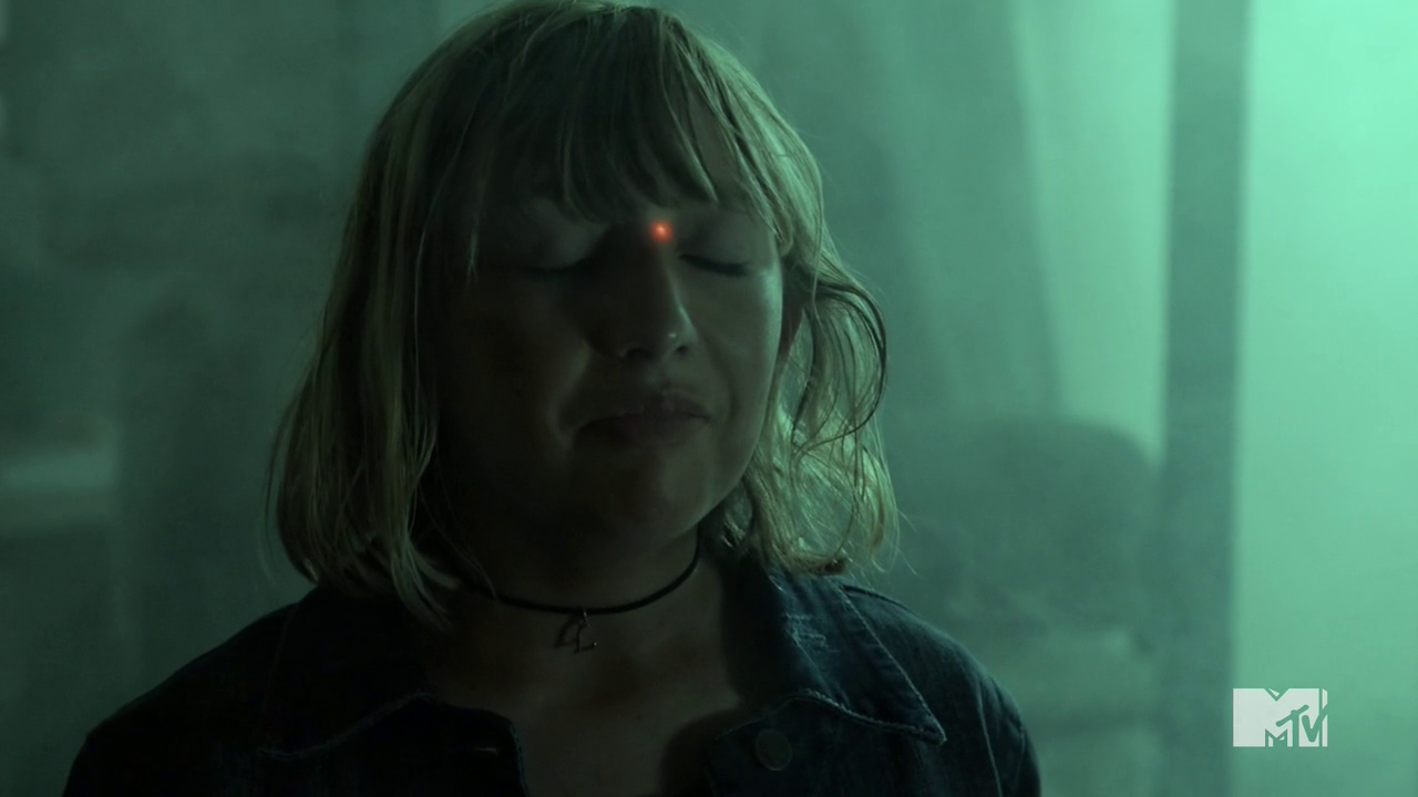 Datei:Teen Wolf Season 4 Episode 10 Monstrous laser site on Lori.png